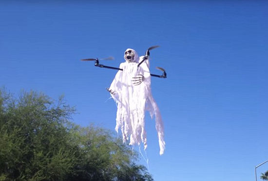 吓尿!无人机扮幽灵空中飞只为吓唬熊孩子_见识多